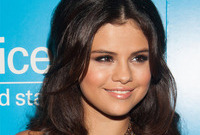Selena-gomez-metallic-earth-tone-makeup-for-brunettes-side